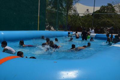 Inician actividades en el Aqua Splash. Desde este viernes los pequeños acudieron acompañados de sus familias y aprovecharon las instalaciones que ocupan toda la zona de la Velaria y de las canchas durante estos tres días que dura el festival para los niños.