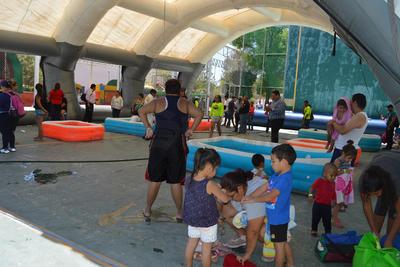 Hay espacios para todas las edades. Hay albercas más pequeñas para los niños de dos y 4 años para que también puedan disfrutar y se colocó una techumbre provisional para que no sufran por quemaduras del sol. También hay vigilancia de las autoridades.