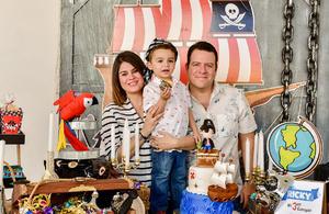El cumpleañero con sus papás, Sofía Iduñate de García y Ricardo García