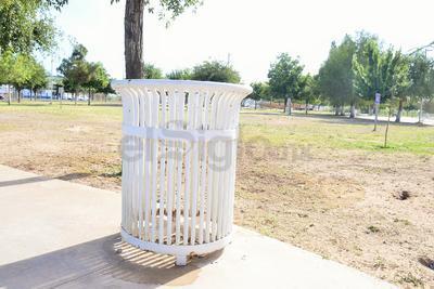 El lugar asignado para echar la basura no cuenta con un contenedor que pueda almacenar la que se acumula, es sólo una estructura de metal con espacios abiertos por donde se pueden escapar los desechos.