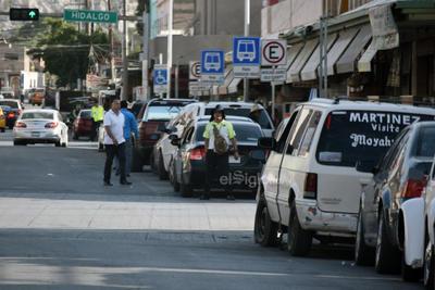 Recargado. Agente recargado en automóvil en la calle Blanco esquina con Avenida Juárez.