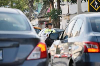 En reposo. Tránsito apoyado en vehículo en calle Blanco y avenida Morelos.