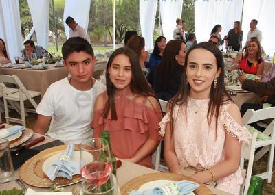 Yushi Faltán, Kamila Medina y Leonardo Granados.