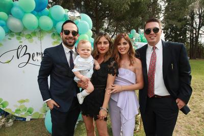 Bernardo con sus padrinos, Humberto Gutiérrez y Alejandra Miranda y sus papás, Paulina Miranda y  Roberto Bechelani.