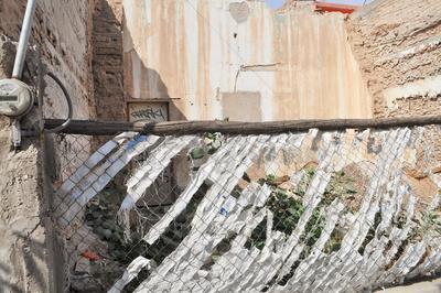 Esta finca tiene un frente muy angosto y cuenta con malla, sin embargo, algunas personas han arrojado basura en el interior, se localiza en las calles Mina y Arteaga y Salazar.