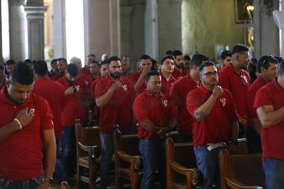 """Los jugadores recibieron la bendición y al salir de Catedral los esperaba una banda que les cantó el 'Corrido de Durango' y los acompañó en un recorrido a pie por el """"Corredor Constitución"""" hasta la Plaza Fundadores."""
