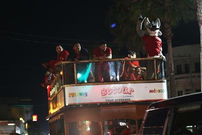En un desfile que recorrió casi toda la Avenida 20 de Noviembre el equipo duranguese saludó a sus seguidores que en buena cantidad se dieron cita para hacer una larga valla.