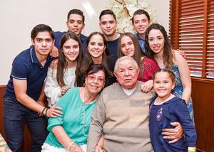 03042019 BODAS DE ORO.  Javier Prado y Ma. Eugenia Castro acompañados por sus nietos.