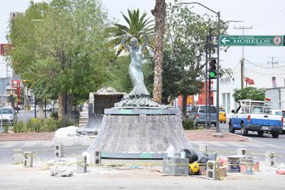 Mudan escultura de Pilar Rioja al centro de la avenida Morelos