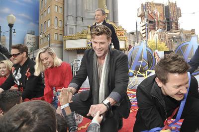 Brie Larson, Paul Rudd, Robert Downey Jr., Scarlett Johansson, Chris Hemsworth y Jeremy Renner hicieron felices a sus pequeños fans durante una visita al California Adventure de Disney.