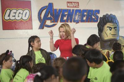 Scarlett Johansson con pequeños fans de la saga de películas de Marvel.