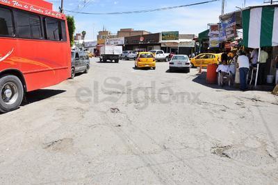 Huecos, pozos y grietas presentan las calles que llevan hasta el Mercado Alianza, que a decir de los comerciantes, tienen años.