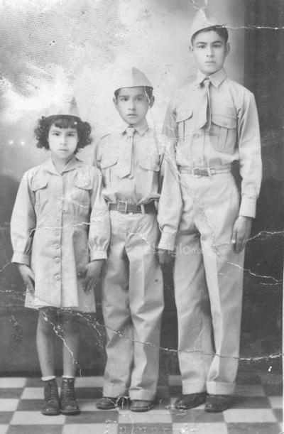 Rodolfo Ibarra, María de los Ángeles y Mario en 1943 en la Escuela Miguel Hidalgo y Costilla.