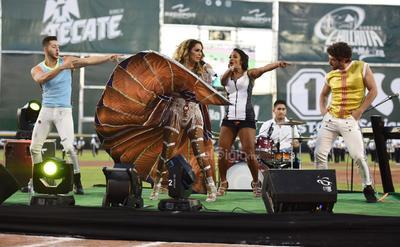 La fiesta comenzó a las 19:30 horas; el cantante lagunero Simón León, quien lanzará su sencillo Una noche no me basta con Shaila Dúrcal este 12 de abril, fue el encargado de entonar el Himno Nacional Mexicano.