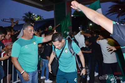 Aficionados reciben a los Guerreros en su concentración
