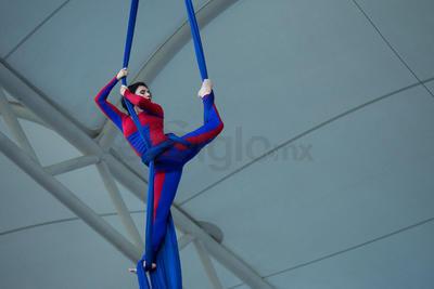 La danza aérea se robo la atención de los aficionados quienes quedaron satisfechos con la inauguración.