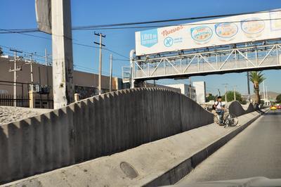 Peatones y ciclistas deben buscar en las bardas los espacios destinados para cruzar, de lo contrario, enfrentarían un riesgo al brincar el cemento y la grava que se colocó en medio para evitar el paso de la gente, esto es a la altura de la calle Degollado.