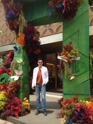 11042019 El diseñador y artista en joyería, Pineda Damián, en el escaparate de Louis Vuitton.