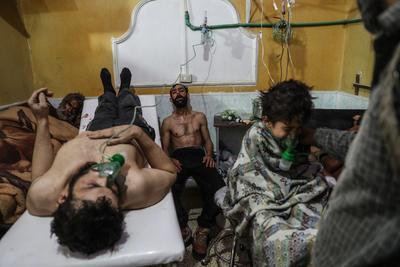 Fotografía publicada como parte de la historia Syria, No Exit que muestra una habitación de un hospital con varias personas afectadas por un ataque con gas tóxico, perpetrado el 25 de febrero de 2018, en la localidad de Guta (Siria).