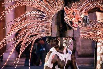 El espectáculo parte sonidos autóctonos y danzas prehispánicas.