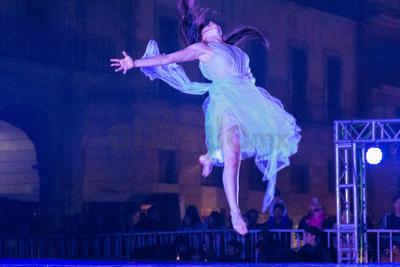 Este montaje que fusiona danza contemporánea, arte circense, pirotecnia, música en vivo y hasta un mapping que se proyectó en la fachada exterior del Palacio de Zambrano.