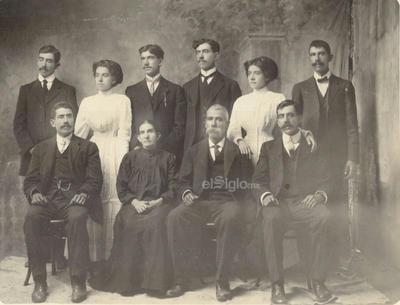 Florencia Cano y José de la Luz Herrera con sus hijos: Sentados, Luis y Jesús. De pie, Maclovio, Dolores, Melchor, Zeferino, Florencia y Concepción. Parral, octubre de 1910.