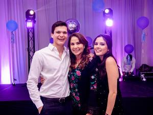 14042019 CELEBRA SU CUMPLEAñOS.  Laura Zúñiga con sus hijos, Juan Diego y Carlota.