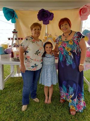14042019 DE FIESTA.  Olga Martínez con sus abuelitas, Cristina López Rubio y Carmen de Saavedra.
