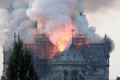 La catedral de Notre Dame de París, uno de los monumentos más emblemáticos de la capital francesa, está sufriendo un incendio.