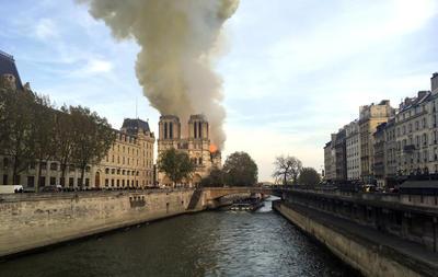 Según las primeras informaciones aportadas, el incendio puede estar ligado a las obras que se están efectuando en el tejado de la capital.