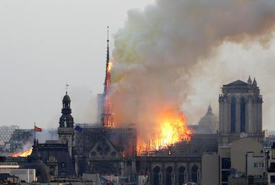 El fuego consume la parte superior de la catedral.