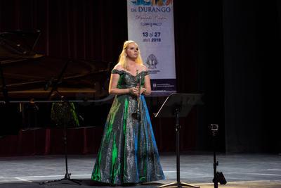 Acompañada por los pianistas Daniel Zacarías Luna y Dub de Vries, la intérprete holandesa se llevó el aplauso de los duranguenses.