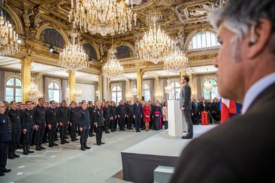 El presidente francés, Emmanuel Macron, rindió homenaje este jueves a los bomberos y a los otros profesionales que estuvieron implicados en la extinción del incendio de Notre Dame de París.