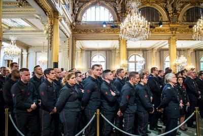 Alrededor de 270 bomberos acudieron a este acto en el Elíseo, en el que también hubo policías y miembros de protección civil que trabajaron en las labores de extinción.
