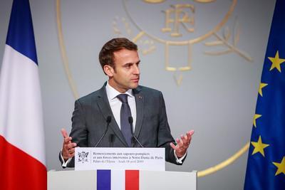 Fueron ejemplares a la vista del mundo entero, destacó Macron en un discurso en la sala de fiestas del Palacio del Elíseo, flanqueado por su esposa, Brigitte, y por el primer ministro, Édouard Philippe, y donde se podía leer el mensaje Agradecimiento a los bomberos.