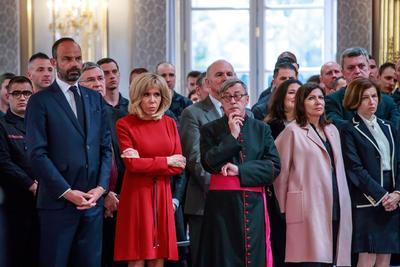 La esposa de Macron estuvo presente en el homenaje.