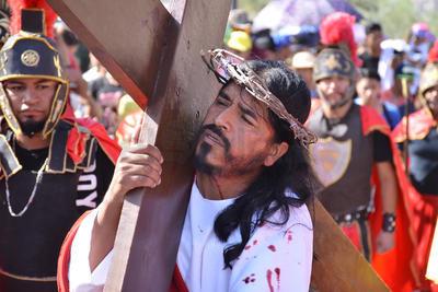 Recuerdan la Pasión de Cristo con Viacrucis en el Cerro de las Noas