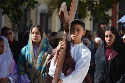 El padre Gaona compartió algunos mensajes a los fieles creyentes entre cada estación.