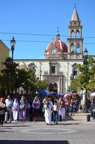 Otros simplemente prefirieron soportar el calor, de pie, con tal de presenciar un año más el tradicional viacrucis infantil.