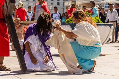 Siguiendo las tradiciones católicas, decenas de familias duranguenses se reunieron el Viernes Santo para vivir el viacrucis.