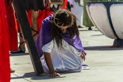 Otros simplemente prefirieron soportar el calor, de pie, con tal de presenciar un año más el tradicional viacrucis.