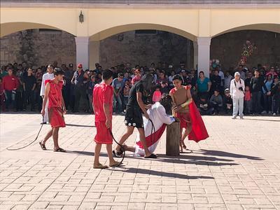 Peregrinos se detuvieron en varios puntos en el camino, representando los momentos simbólicos del llamado Viacrucis.