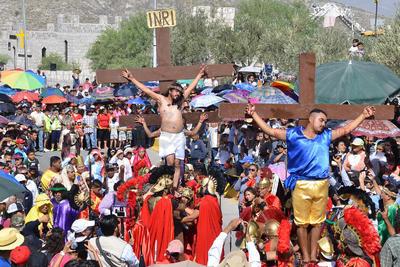 Los asistentes al tradicional Viacrucis de Torreón se acomodaron alrededor de las la estación número 14, con teléfonos celulares fotografiaron y grabaron la representación de la muerte de Cristo.