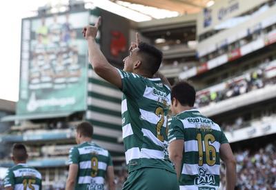 Javier Corre festeja el gol de Santos Laguna.
