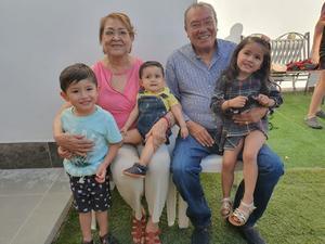 21042019 EN FESTEJO.  Manuel Torres González en su 77 aniversario junto a su novia, Romelia, y sus bisnietos, Luciana, Sebastián e Ian.