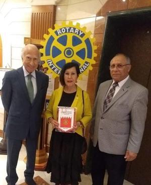 23042019 RECONOCEN SU LABOR.  Dra. Imelda Ortiz de Widen con el presidente del Dawani Group Holding, Abdul Hussain Khalil Dawani, y el presidente de la Cia. Cork Investments, en la entrega del Banderín del Club Rotario de Manama, Bahrain, por el Presidente de los Rotarios Chetan Bhatia como invitada distinguida en su reunión en Bahrain.
