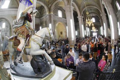 La figura fue esculpida por un autor desconocido, aunque se le atribuye a Diego de Ibarra, en técnica de madera estofada, policromada y encarnada, en la que San Jorge luce montado a caballo y sobre un dragón.