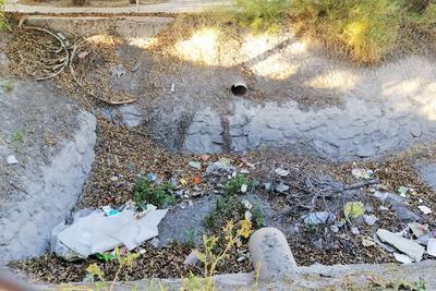 Repleto de basura luce el sistema de drenaje pluvial colocado en la colonia para evitar las inundaciones, que luego sufren con las lluvias.