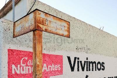 La mayoría de las nomenclaturas de la colonia son inservibles ya que no se aprecian los nombres ni las indicaciones de preferencia y sentido de circulación de las calles, algunas no cuentan con señalamientos.
