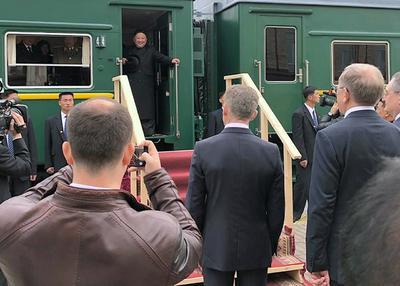 El tren blindado del mariscal norcoreano se paró en la estación ferroviaria de Vladivostok a las 18:00 hora local (08:00 GMT), donde fue recibido sobre una alfombra roja por el ministro para el Desarrollo del Extremo Oriente, Alexandr Kozlov, el viceministro de Exteriores, Ígor Morgúlov.